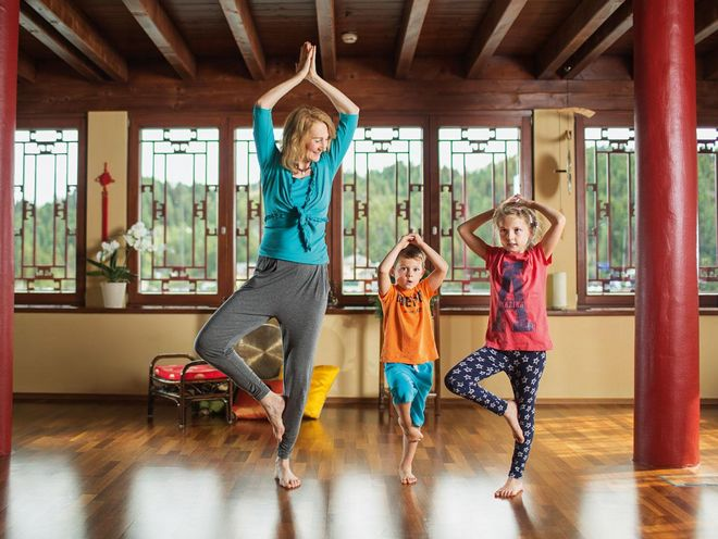 Family yoga with Julia Schweiger kidnap in distant countries