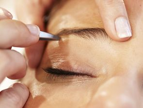 Eyebrow correction in the hotel Hochschober