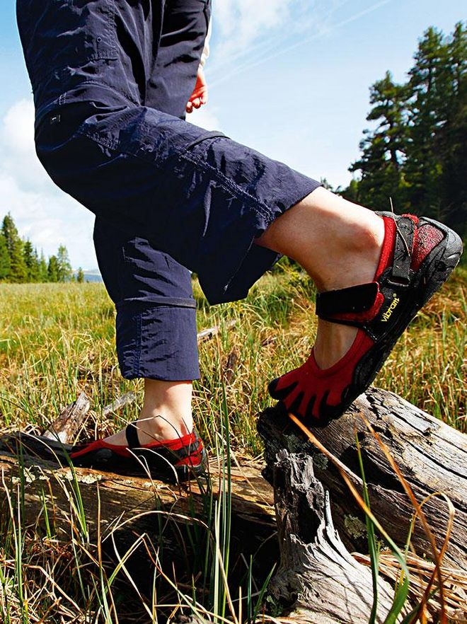 "Hiking with the ""5-Finger-Shoes"" strengthens the feet and legs and simultaneously activates the foot reflex zones"