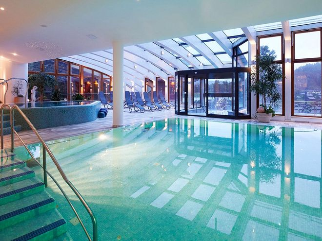 Hotel Hochschober: the indoor swimming pool with a view of Lake Turracher See